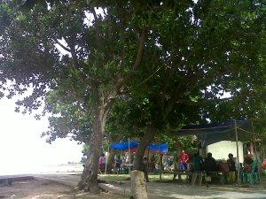 pedagang di pantai siring kemuning